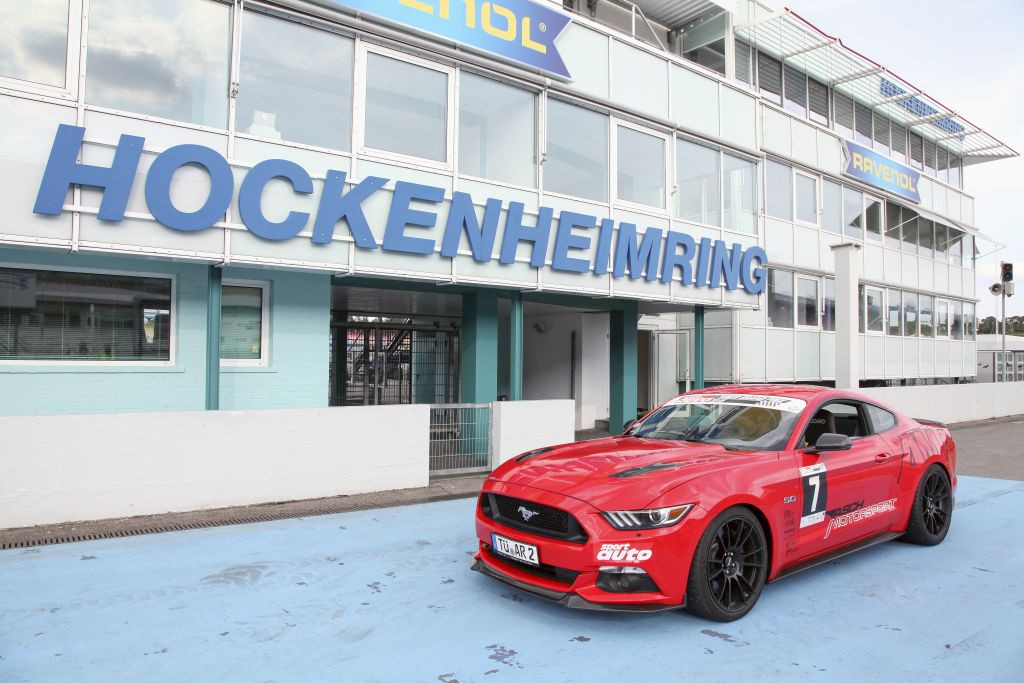 Ford Mustang auf dem Hockenheimring mit eingebautem KW Gewindefahrwerk