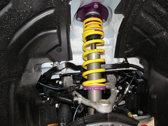 Detailaufnahme eines eingebauten KW Gewindefahrwerk in einem Mazda MX5
