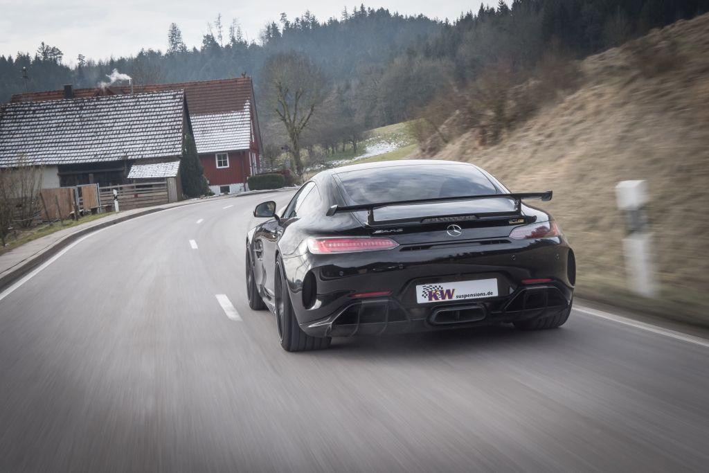 Tiefergelegter Mercedes AMG GT R  mit KW Gewindefahrwerk Variante 4 fährt auf der Straße.