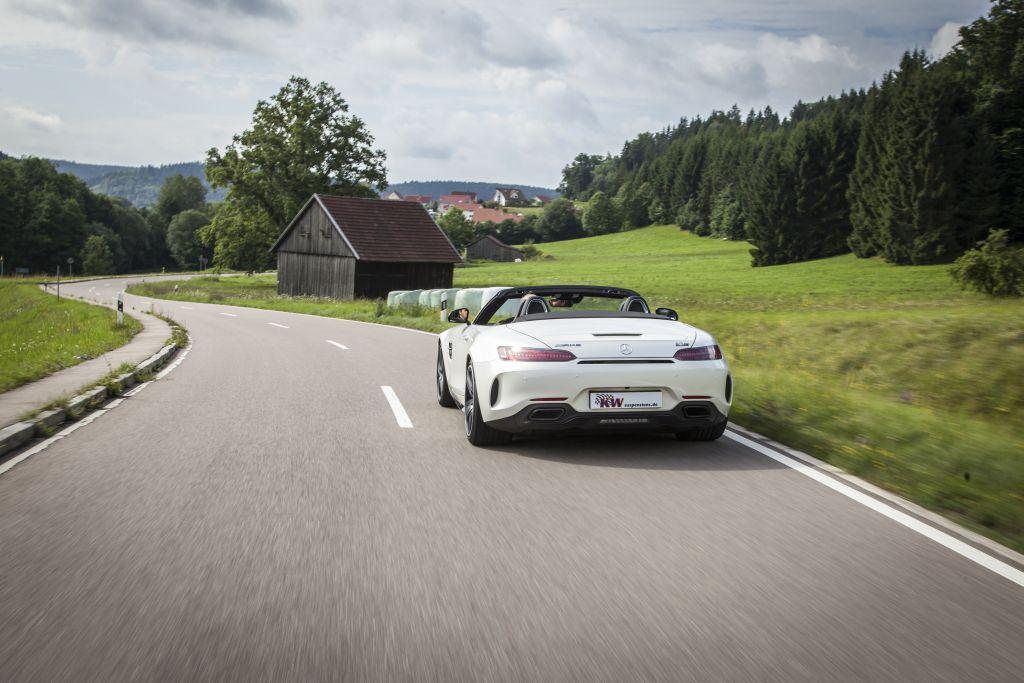 Mercedes-AMG GT (Typ 197) mit verbautem KW Gewindefahrwerk Variante 3  fährt auf der Straße