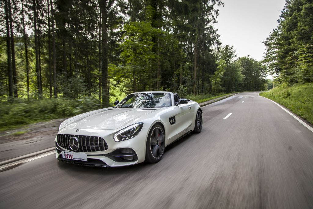 Mercedes-AMG GT (Typ 197) mit verbautem KW Gewindefahrwerk fährt durch den Wald